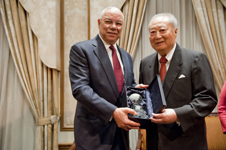 General Colin L. Powell, USA (Retired) awards Dr. Jeffrey Koo (Chinese Taipei '71)