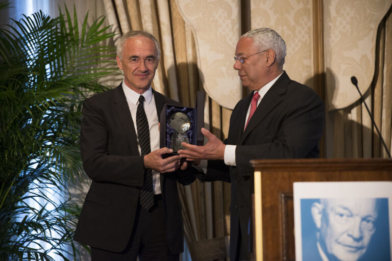 Alfonso Vegara (Spain '87) accepts the Distinguished Fellow Award from General Colin L. Powell, USA (Retired)