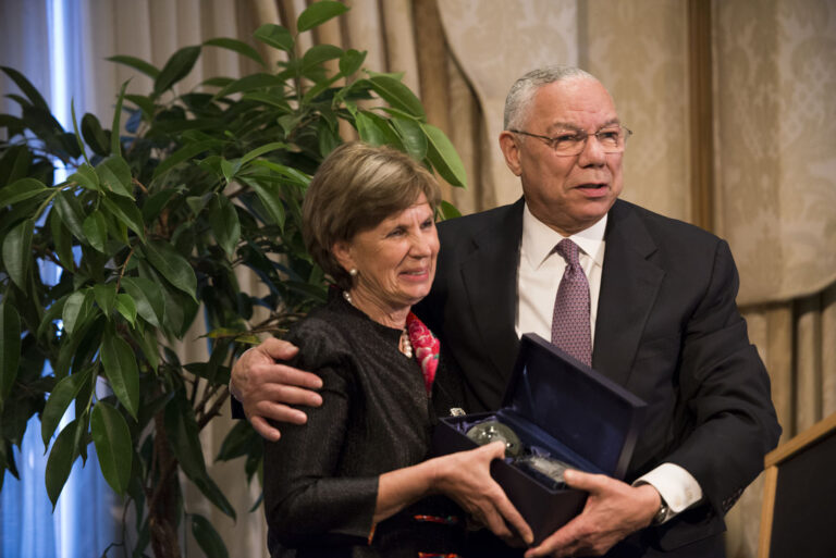 Susan Baragwanath (New Zealand '94) accepts the Distinguished Fellow Award from General Colin L. Powell, USA (Retired)